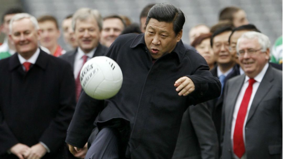 xi-jinping-kicks-a-football-in-his-visit-in-the-uk-in-2012