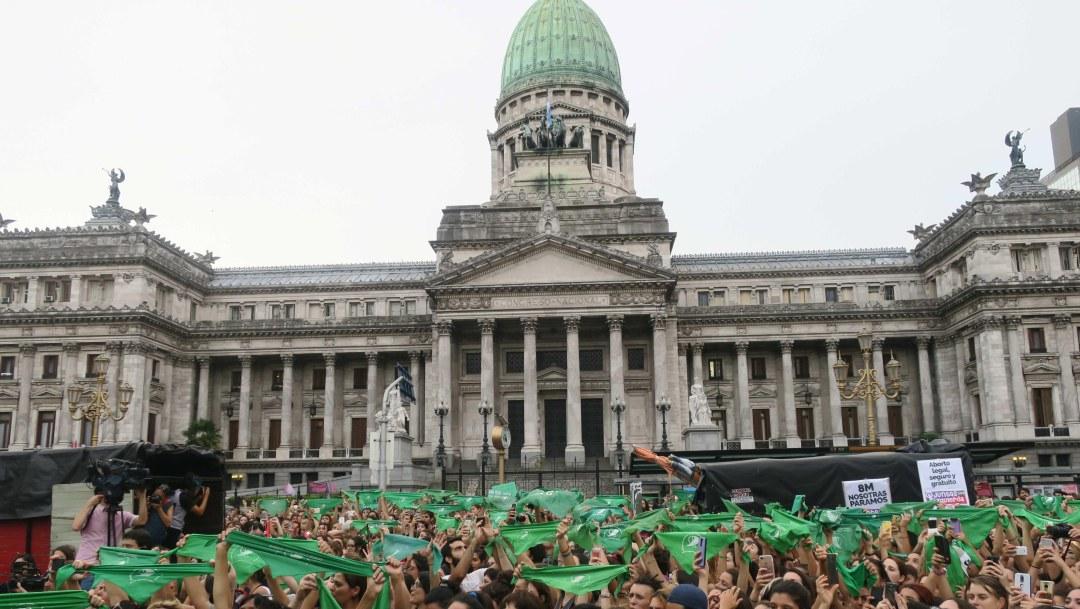 Celebración de una manifestación frente al Congreso argentino para exigir la despenalización del aborto
